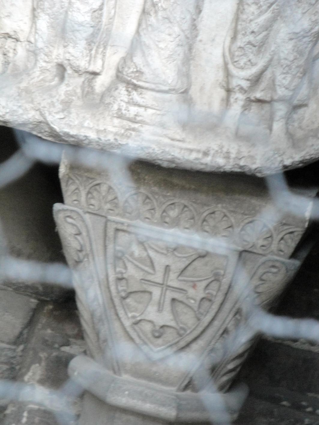 06.09.2011 Creu de Tolosa esculpida en les columnetes que suporten els vells sarcòfags dels comtes.  Sant Serni -  Jordi Bibià