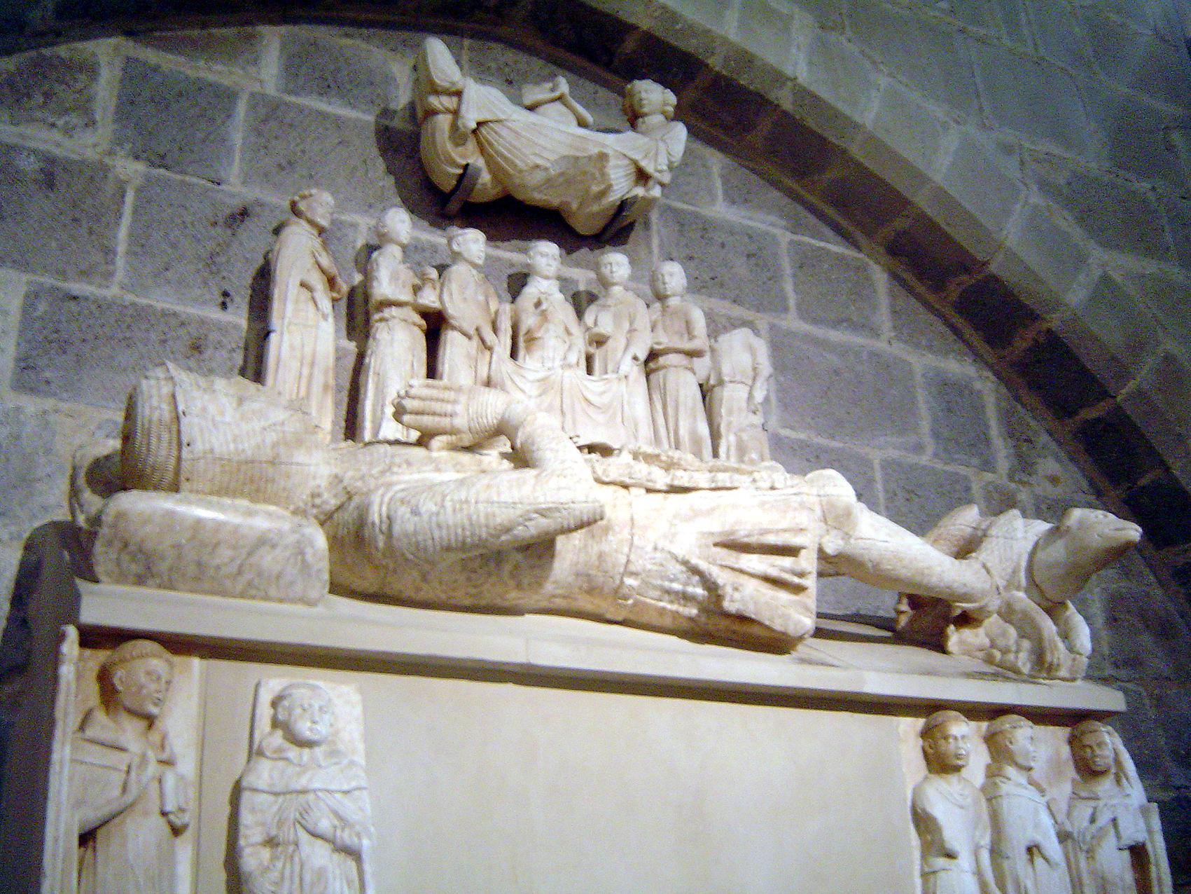 24.10.2009 Conjunt funerari del comte Malgaulí, tot i malgrat haver-se perdut alguns elements, l'autor no escatimà detalls. A la part superior la representació de la