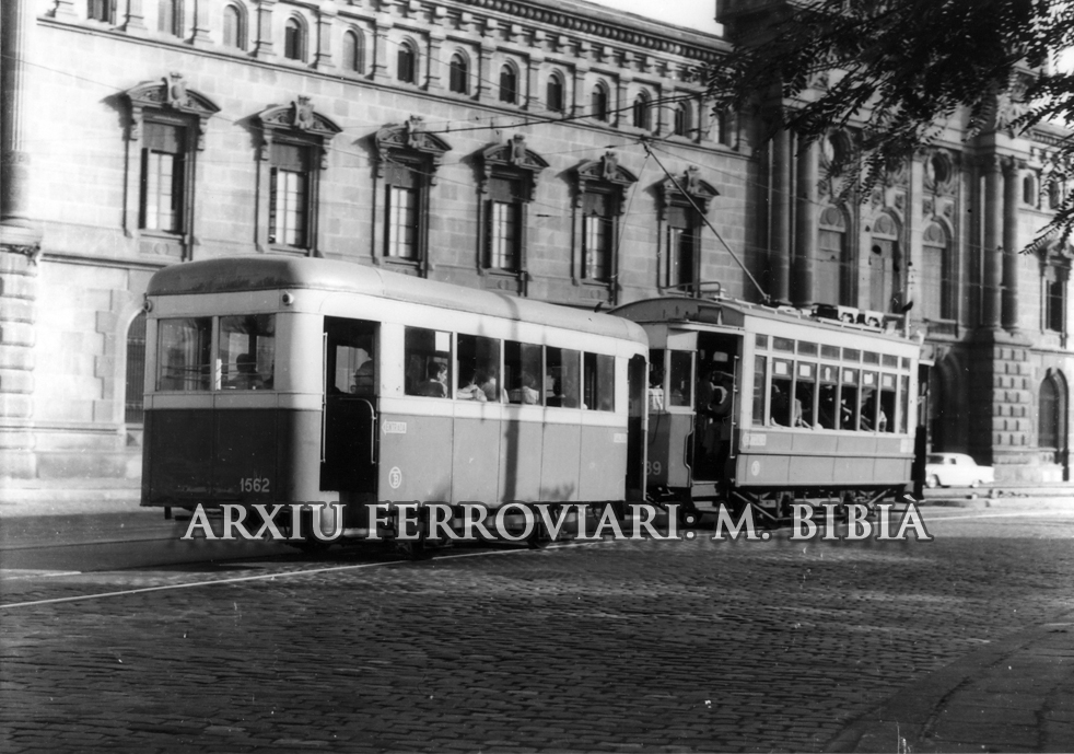 30.11.-0001 El 1562. Tramvía amb remolc a la Plaça d'Universitat.  Barcelona -  Miquel Bibià
