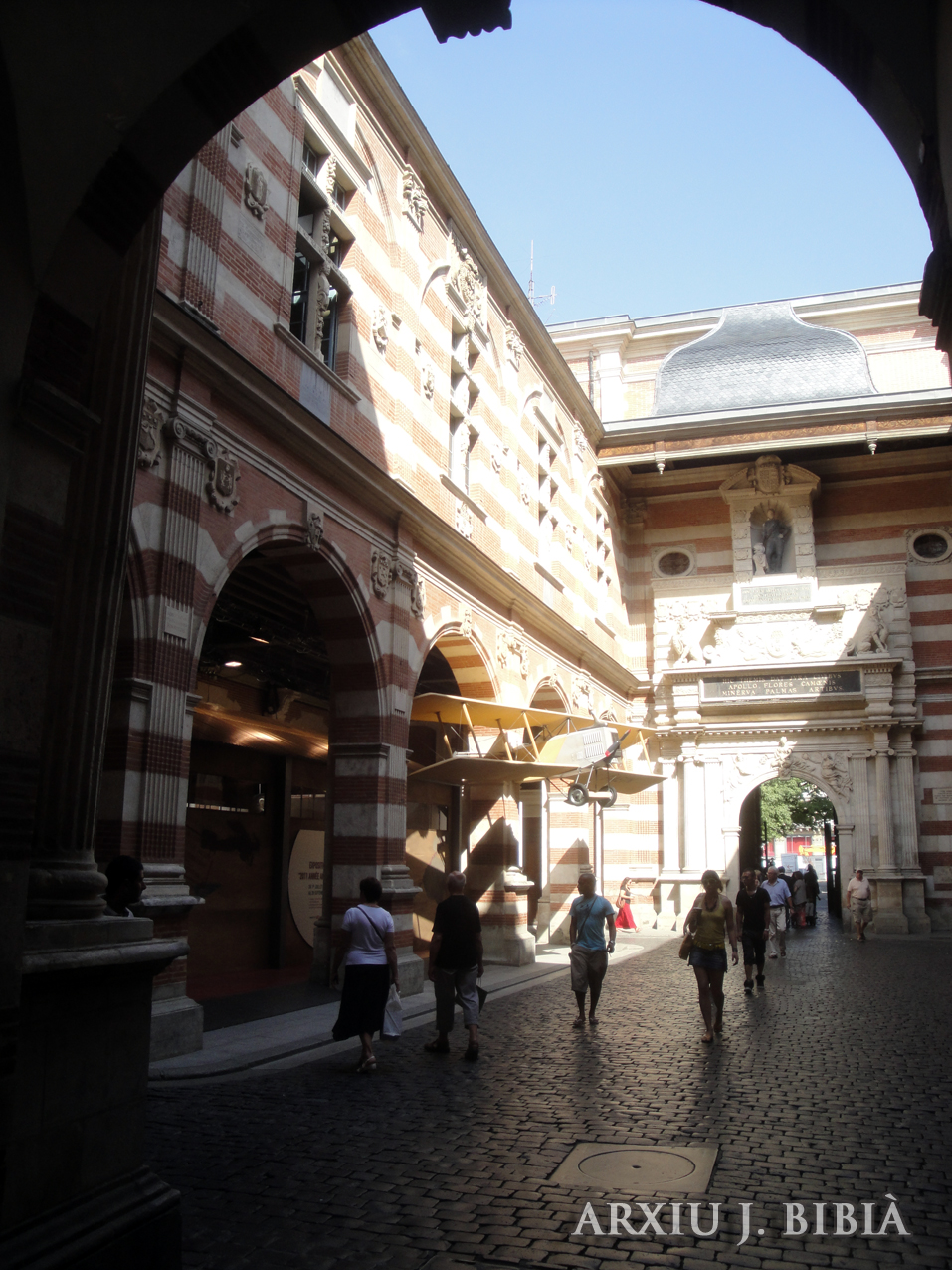 02.09.2011 Entrada al Capítol des de la seva plaça amb el seu nom.  Tolosa del Llenguadoc. -  Jordi Bibià