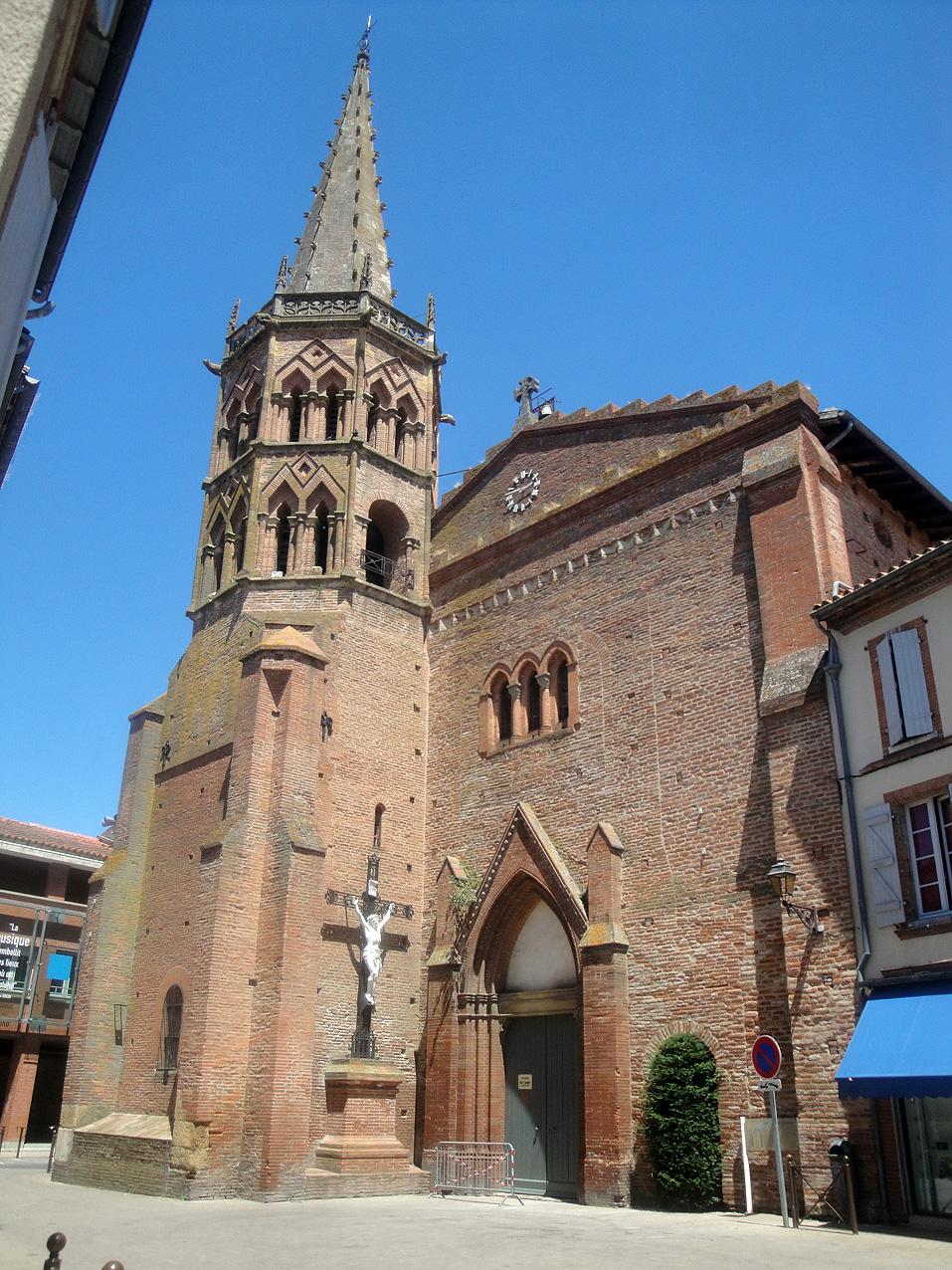 07.07.2013 Façana de l'església de Muret, bastida amb el tradicional maó de terra cuita.  Muret -  Jordi Bibià