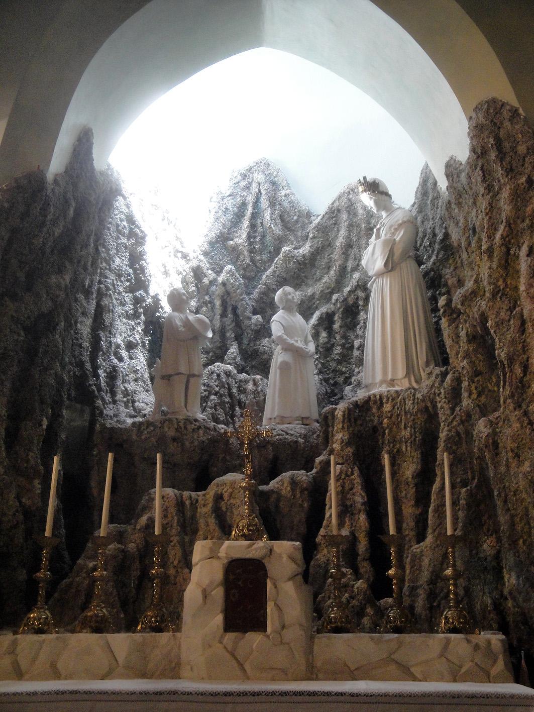 02.07.2013 La imaginació fantasia amb la que s'escenifica l'aparició de la Verge de Lourdes.  Muret -  Jordi Bibià