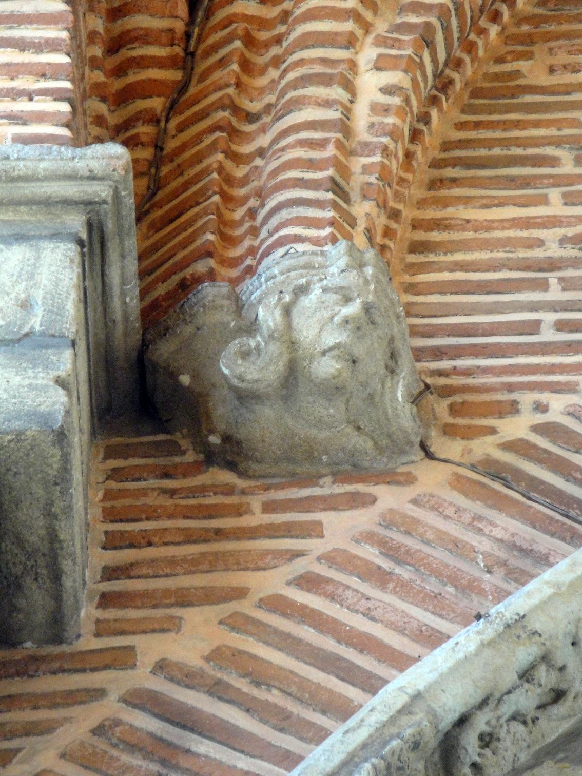 07.07.2013 Detall escultòric en l'arrancament de l'arc de la façana d'ingrés.  Sant Antoni de Pàmies. -  Jordi Bibià
