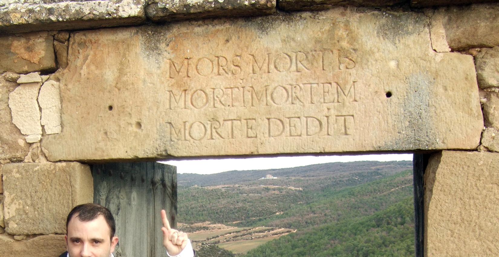 21.09.2016 Epigrafia present a la porta d'accés del cementiri.  Lloberola. -  Jordi Bibià Balada