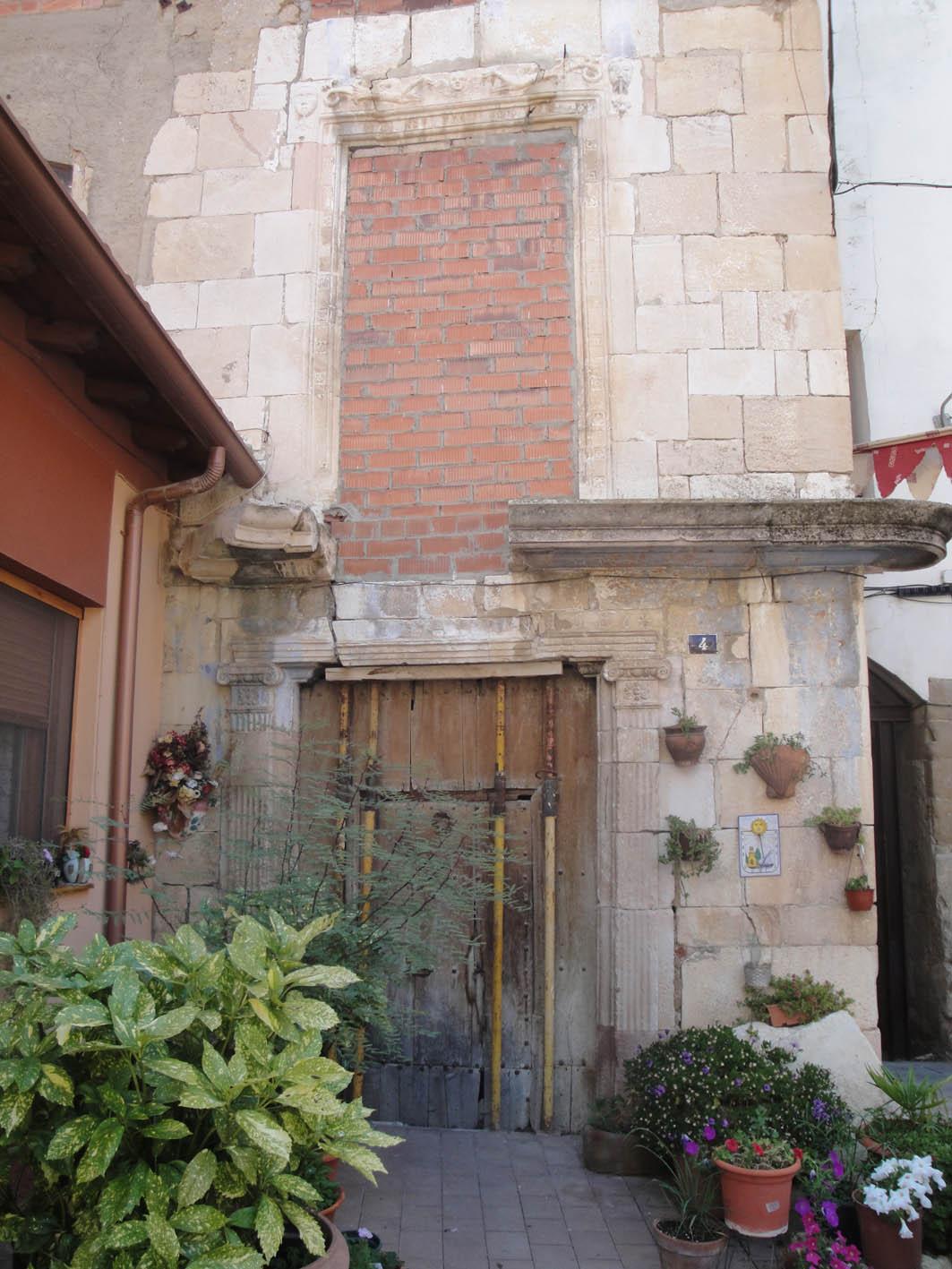 27.11.2017 Una de les antigues cases nobles localitzada a la Plaça de l'Ajuntament.  Castelló de Farfanya. -  Jordi Bibià