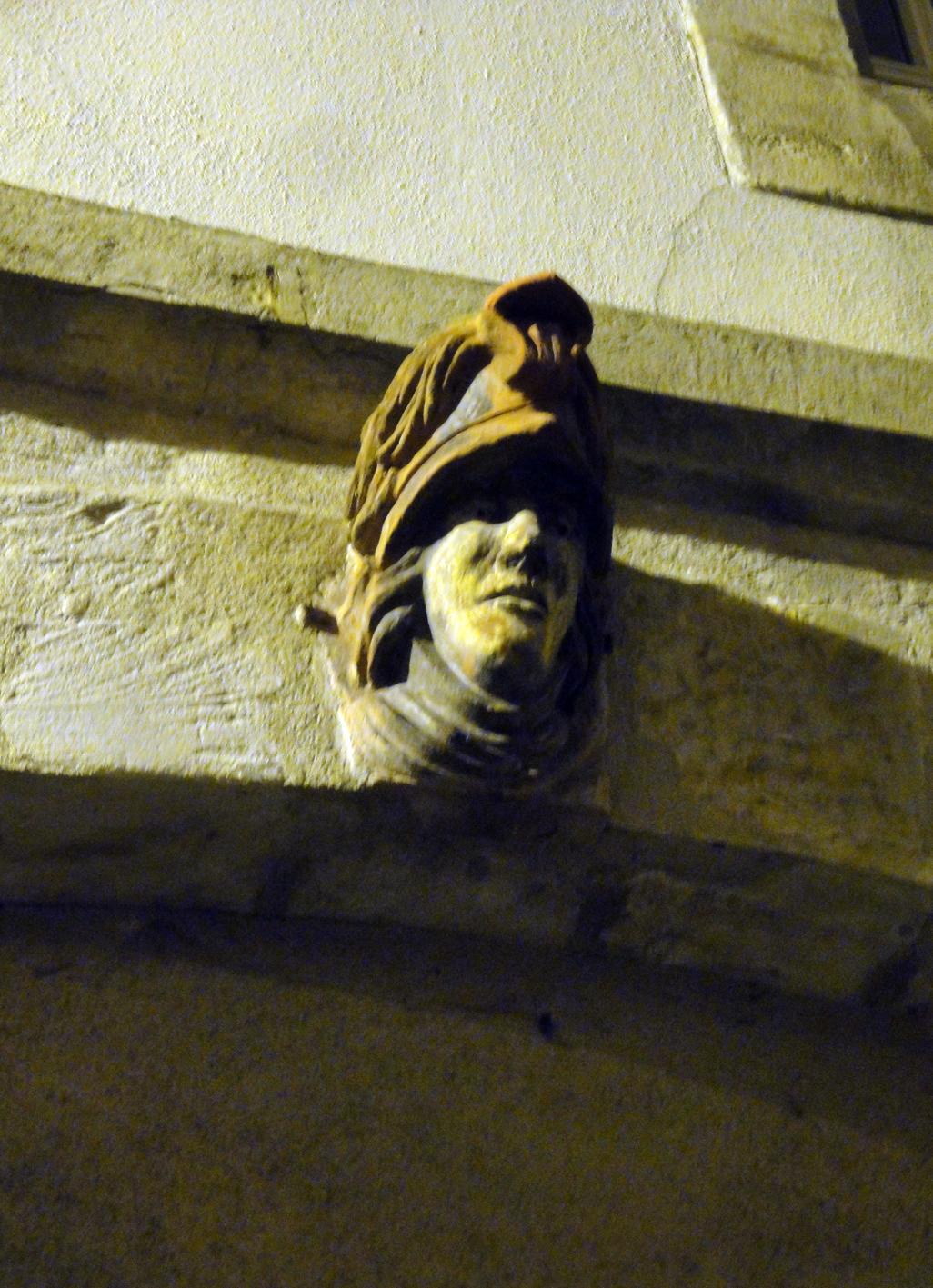 29.07.2018 Un detall escultòric guarnint un edifici.  Centre de Foix -  Jordi Bibià