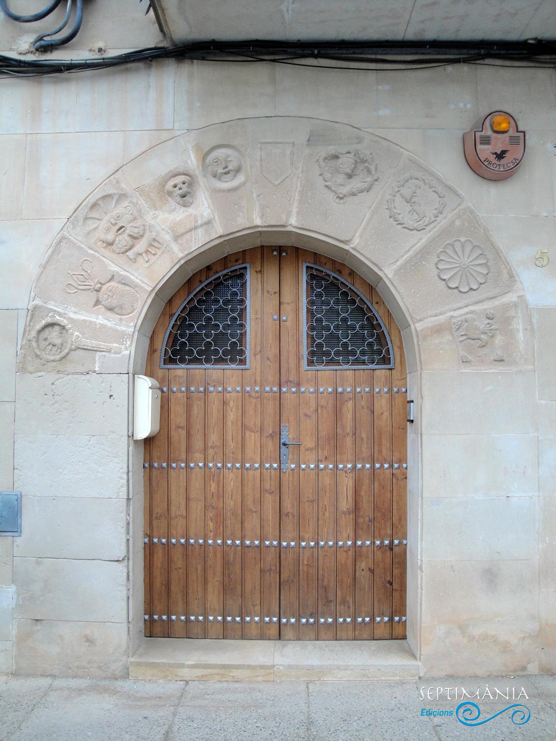 22.04.2019 Interessantíssimes dovelles decorades en una de les cases de la plaça.  La Granadella. -  Jordi Bibià