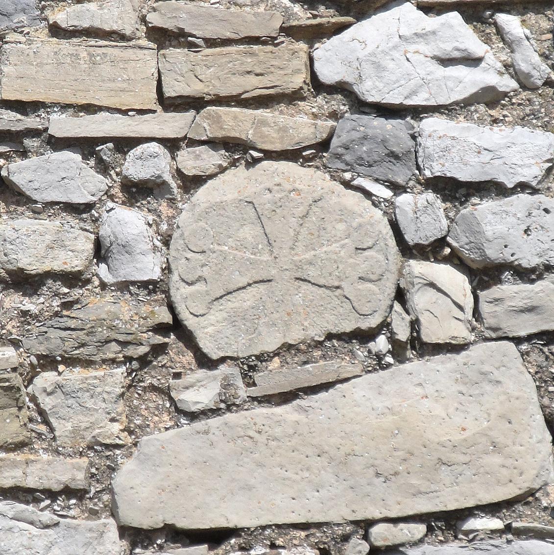 01.08.2019 L'estela amb la creu d'OC integrada en la capelleta del cementiri.  -  Jordi Bibià