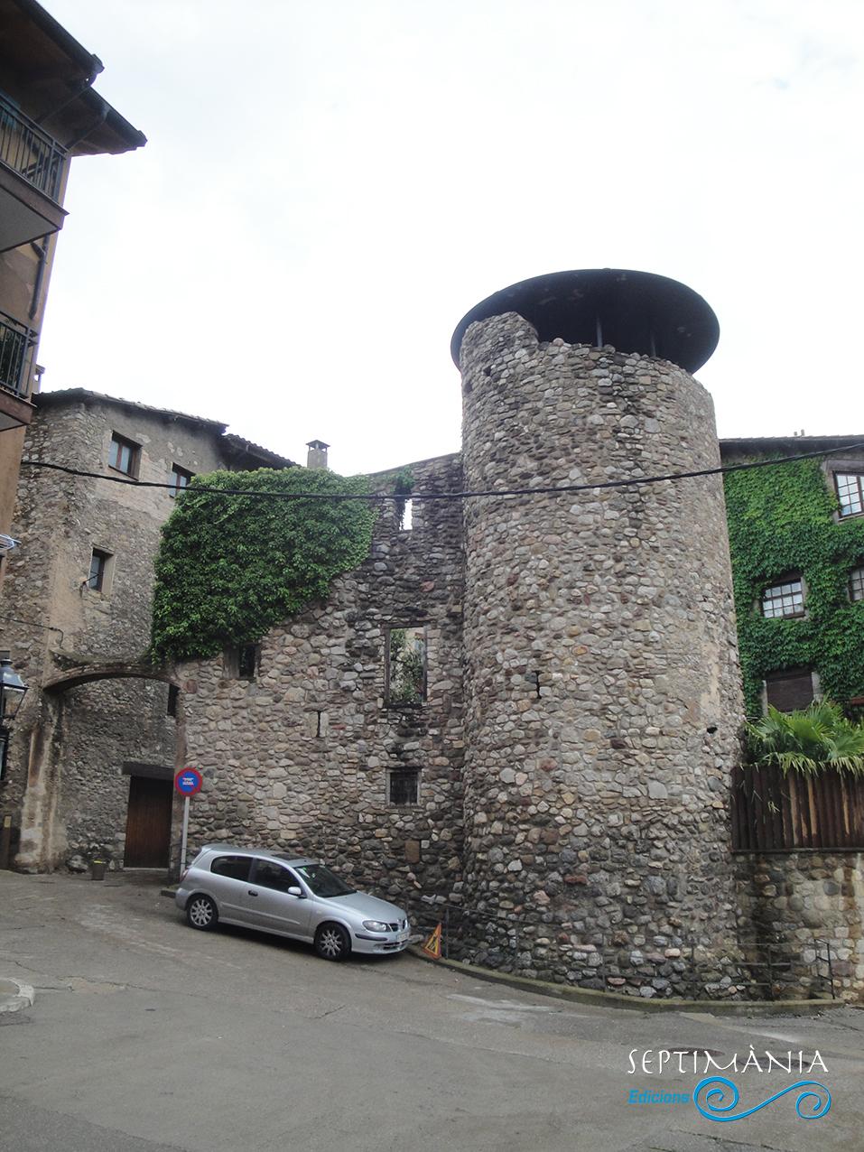 30.05.2021 Una de les torres d'empeus pertanyent al passat fortificat de la vila.  Torre de la Portella. -  J. Bibià