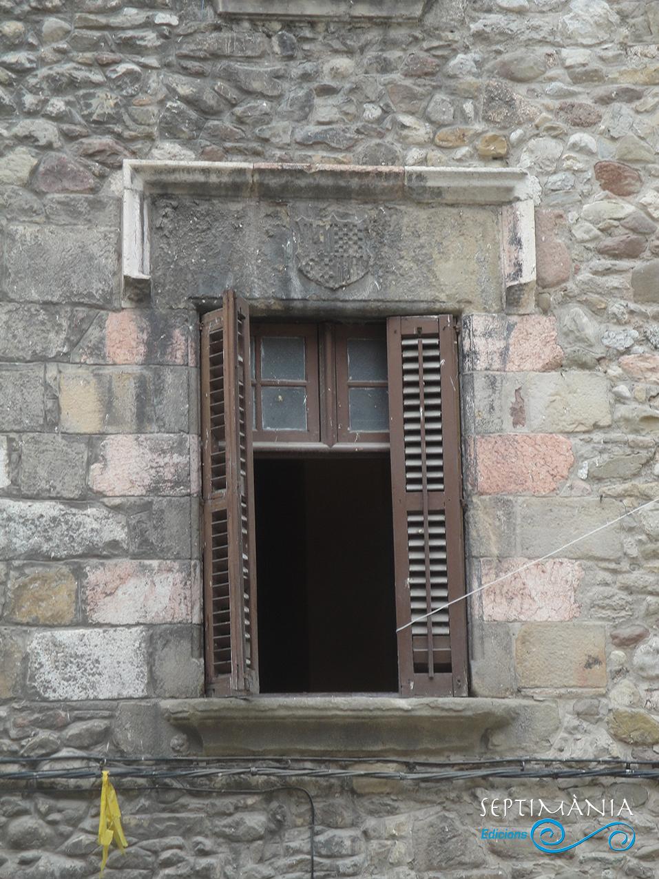 30.05.2021 Llinda amb escut heràldic de la casa Foix.  Plaça de Galceran de Pinós. -  J. Bibià