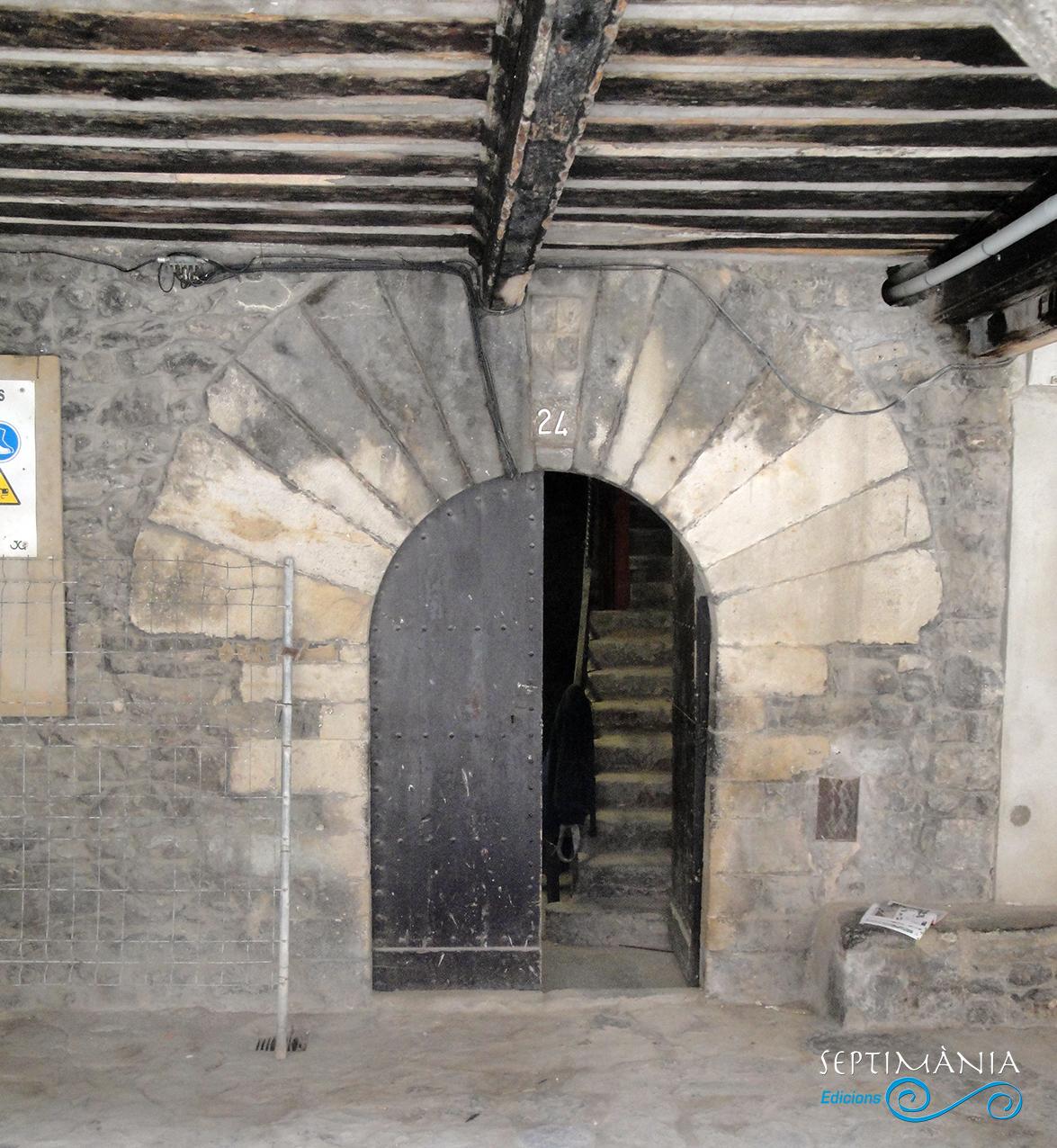 30.05.2021 Porta adovellada del casal dels Foix.  Pl. de Galceran de Pinós -  Autor