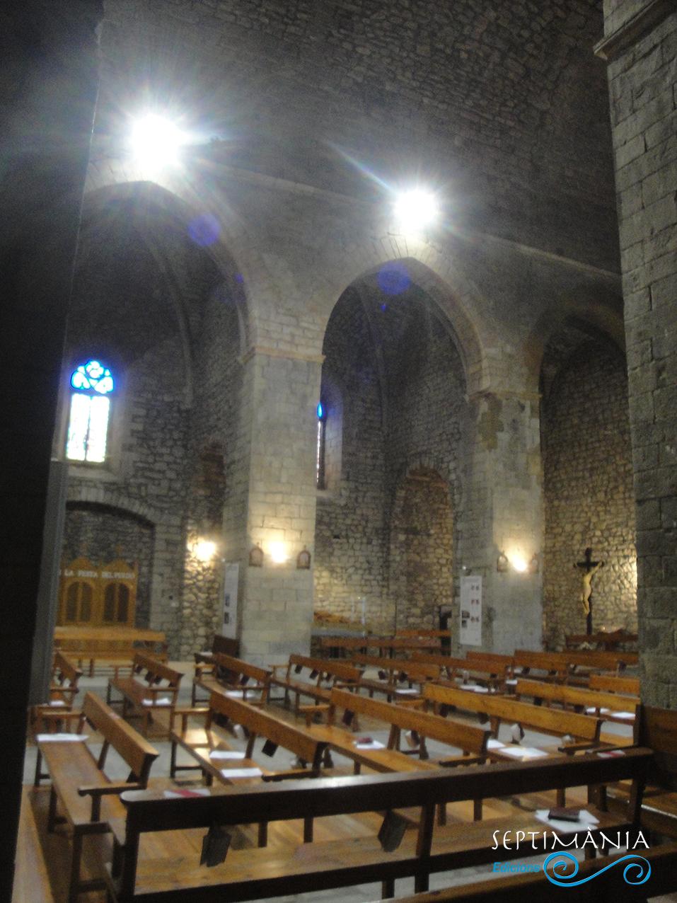 30.05.2021 Vista dels arcs de la nau central.  Església de Sant Esteve. -  Autor