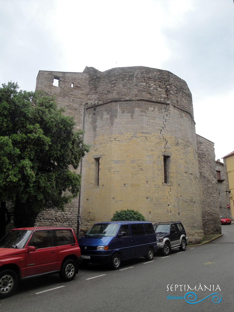 30.05.2021 Ábside hexagonal de l'església.  Sant Esteve. -  Autor